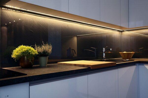 φωτισμός-κάτω-από-ντουλάπια-κουζίνας